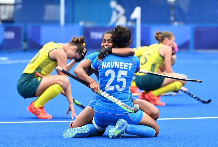 As indianas Neha e Navneet Kaur comemoram vitória sobre as australianas no hóquei na grama -