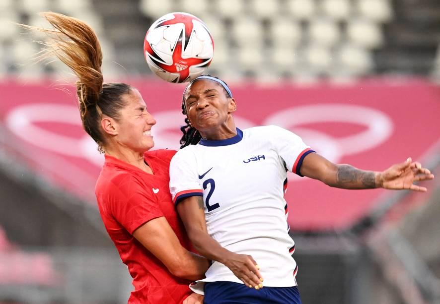 Janine Beckie, do Canadá, Crystal Dunn, dos Estados Unidos, durante partida entre as duas seleções pela semifinal no futebol -