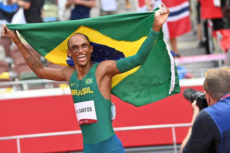 O brasileiro Alison dos Santos comemorando o bronze nos 400m com barreiras -