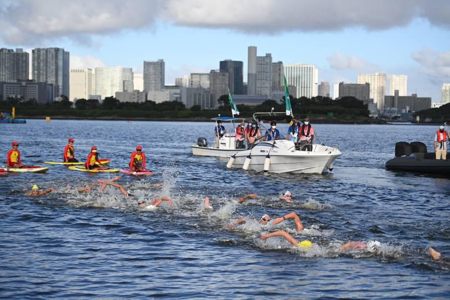 Competidores durante a maratona aquática nos Jogos Olímpicos de Tóquio -