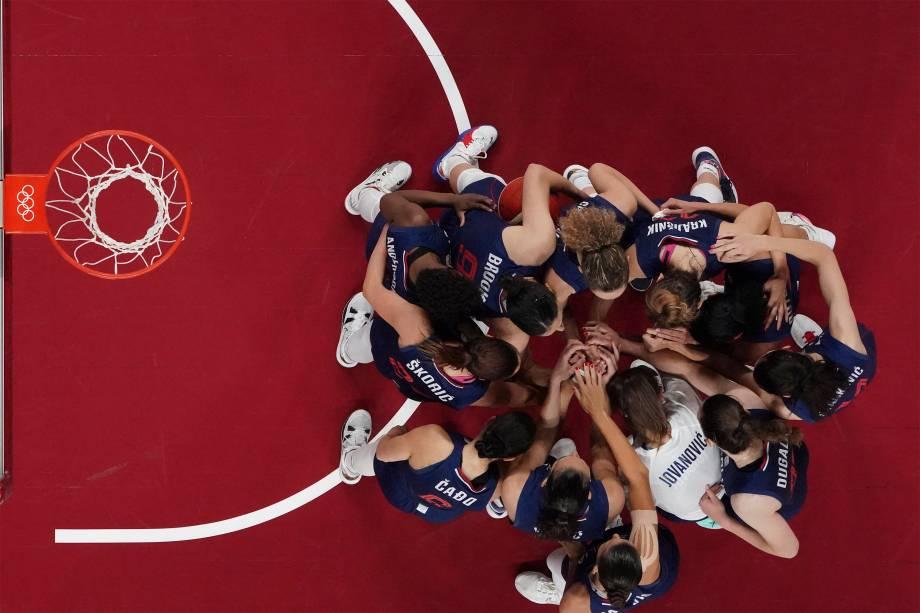Jogadoras da Sérvia reunidas antes da partida contra a China válida pelas quartas de final do basquete -