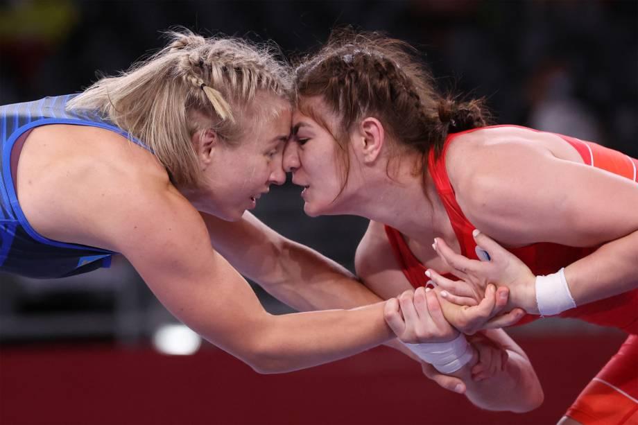 A sueca Henna Katarina Johansson e a russa Liubov Ovcharova na repescagem da luta livre -