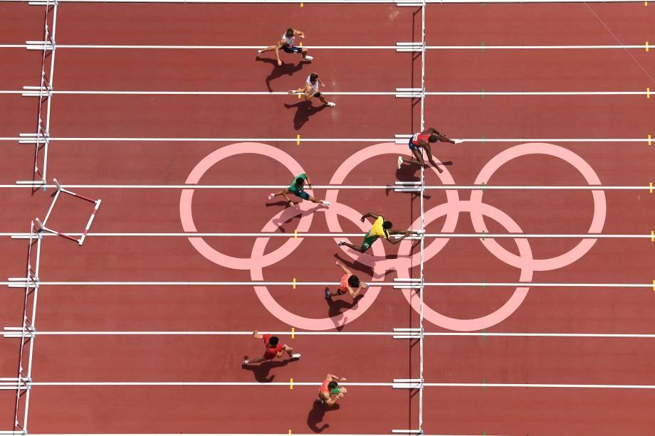 Grant Holloway (direita), dos EUA, na prova dos 110m com barreiras -