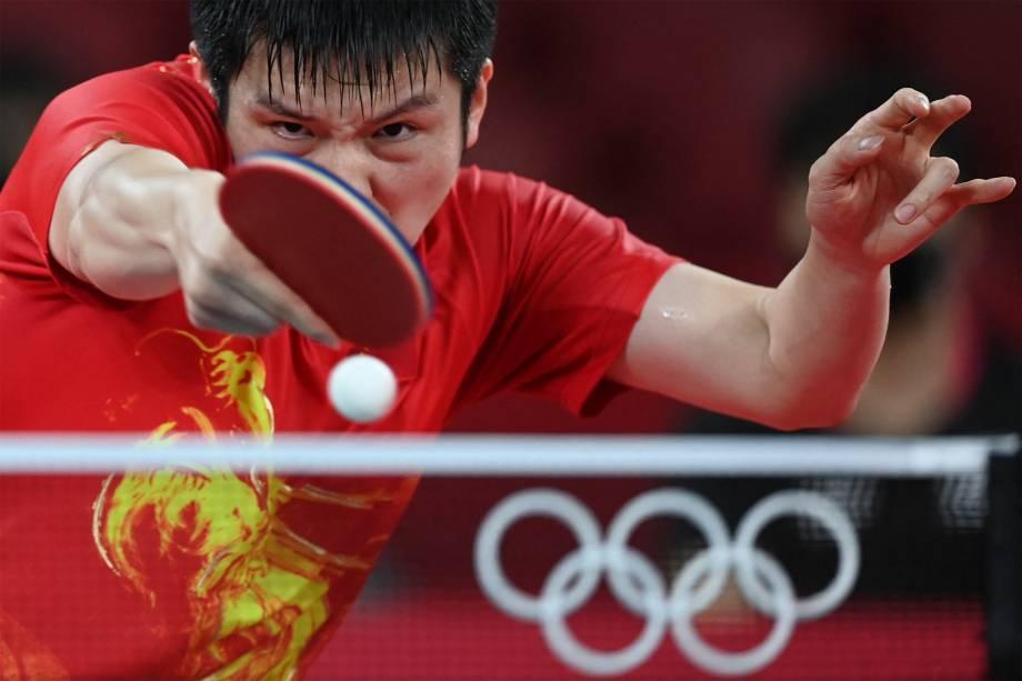 O chinês Fan Zhendong em partida contra Jang Woo-jin, da Coréia do Sul pelo tênis de mesa -