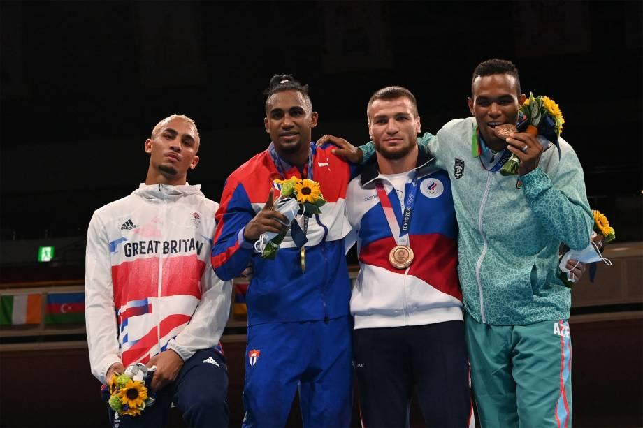 Benjamin Whittaker, da Grã Bretanha, prata, o cubano Arlen Lopez, ouro, o russo Imam Khataev, e Loren Berto Alfonso Dominguez, do Azerbaijão, bronze, no pódio após as finais do boxe -