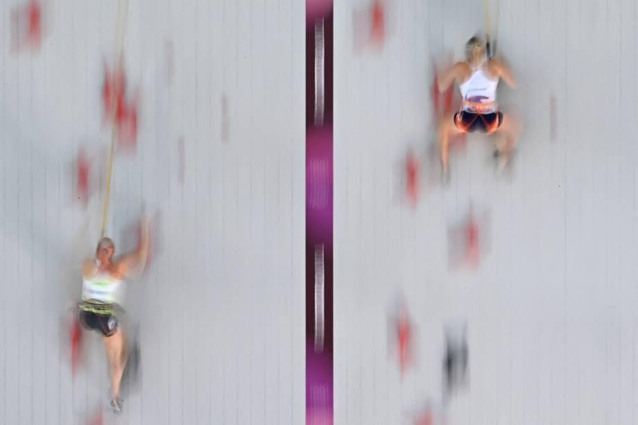 Janja Garnbret, da Eslovênia, e Julia Chanourdie, da França, em prova de escalada de velocidade -