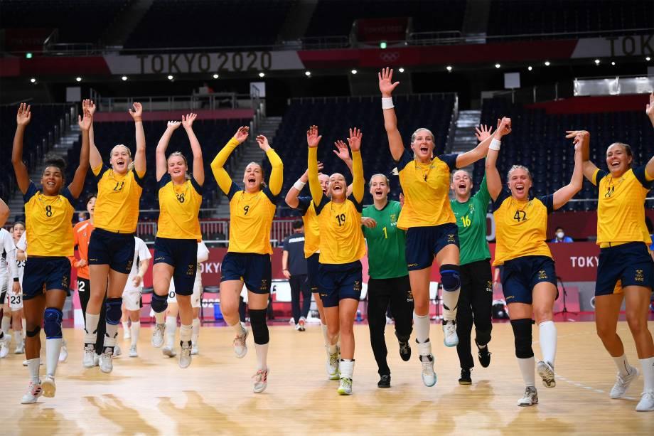 Jogadoras suecas comemoram a vitória na partida de handebol das quartas de final contra a Coréia do Sul -