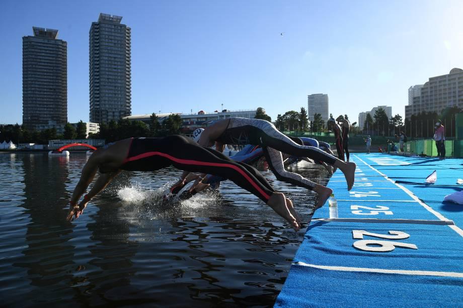 Nadadores durante mergulho na largada da maratona aquática de 10km -