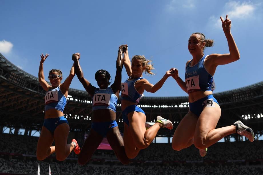 Equipe italiana do revezamento 4x100m posa para foto após a prova -