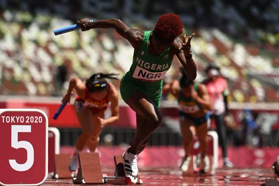 Tobi Amusan, da Nigéria, durante prova de revezamento 4x100m no atletismo -