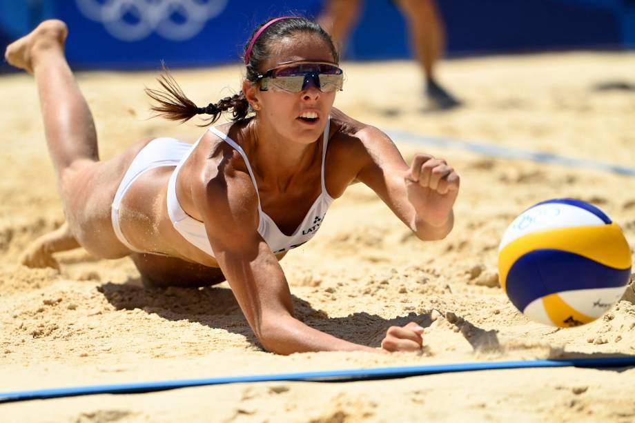 Anastasija Kravcenoka, da Letônia, durante partida de vôlei de praia contra a Austrália -
