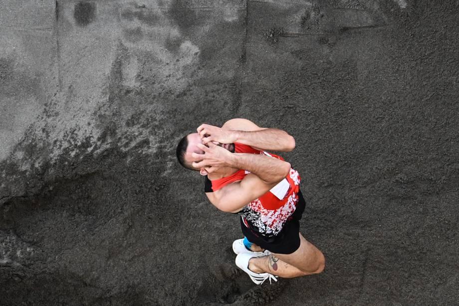 Necati Er, da Turquia, durante sua prova pelo salto triplo no atletismo -
