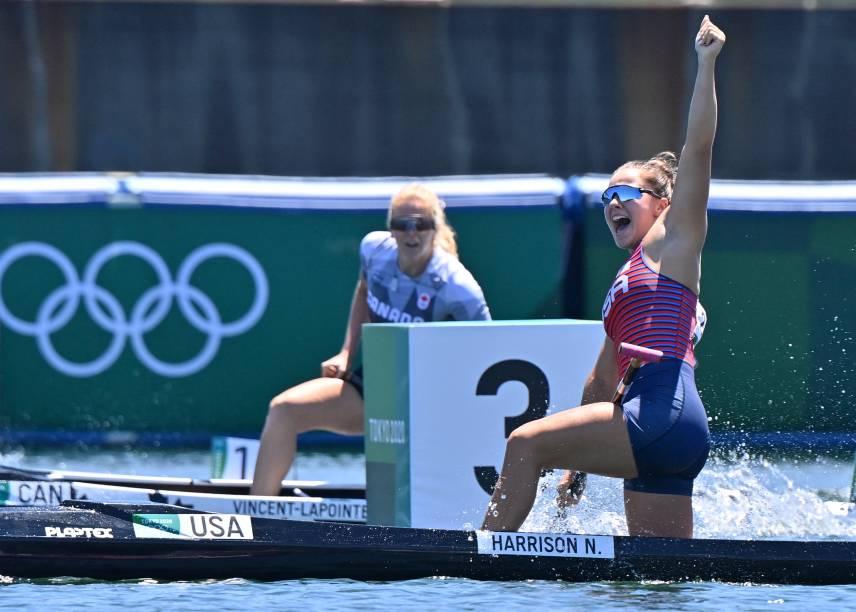 Nevin Harrison, dos Estados Unidos, comemorando a medalha de ouro após vencer a prova de canoagem
