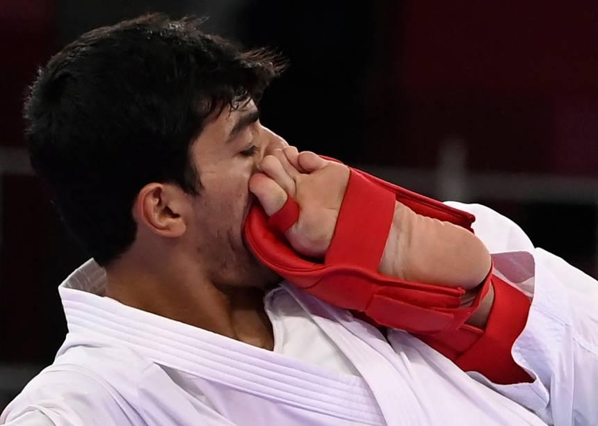 Abdel Rahman Almasatfa, da Jordânia, leva um chute no rosto de Abdel Rahman Almasatfa, da França, durante luta pelo karatê -