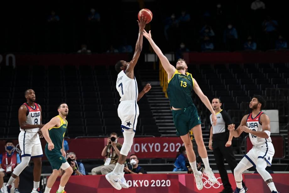 Kevin Durant, dos Estados Unidos, em disputa de bola pelo basquete com Jock Landale, da Austrália -
