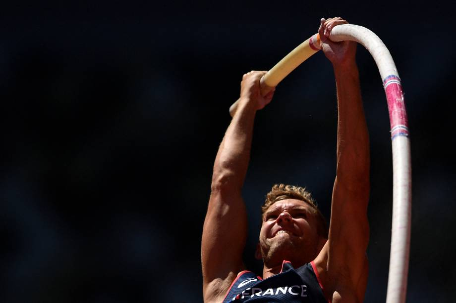 Kevin Mayer, da França, competindo durante prova do salto com vara pelo decatlo -