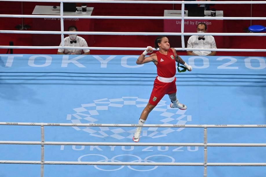 Beatriz Ferreira, do Brasil, comemora após vencer luta no boxe -