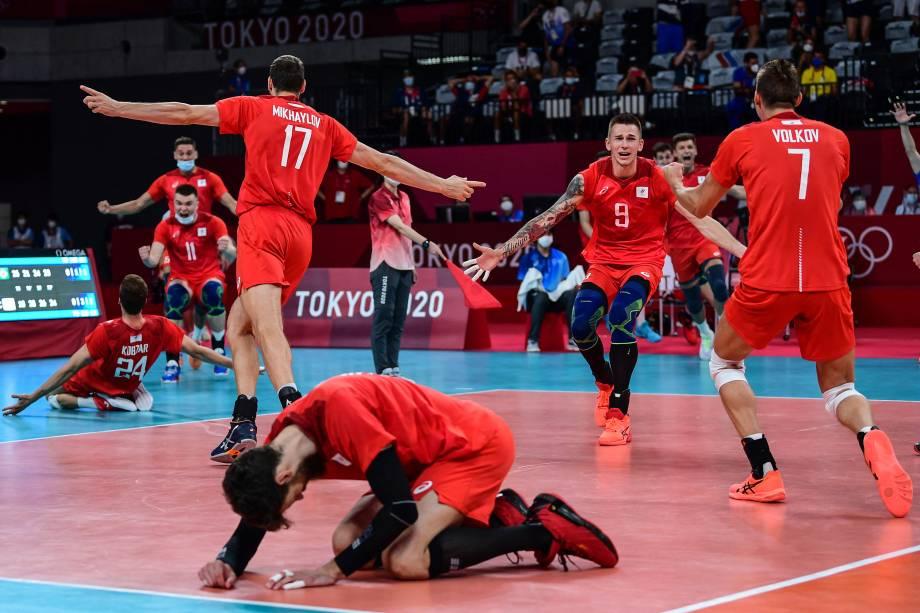 Jogadores da Rússia comemoram vitória sobre o Brasil pelo vôlei masculino -