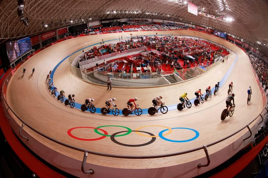 Ciclistas durante corrida no velódromo de Tóquio -