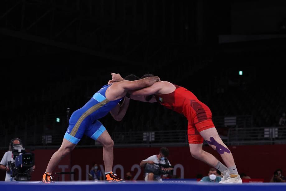 Artur Naifonov, da Rússia, e Javrail Shapiev, do Uzbequistão, durante luta pelo wrestling -