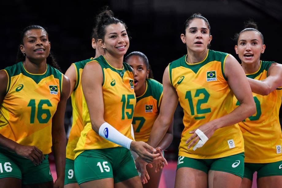Jogadoras do Brasil comemoram após marcarem ponto -
