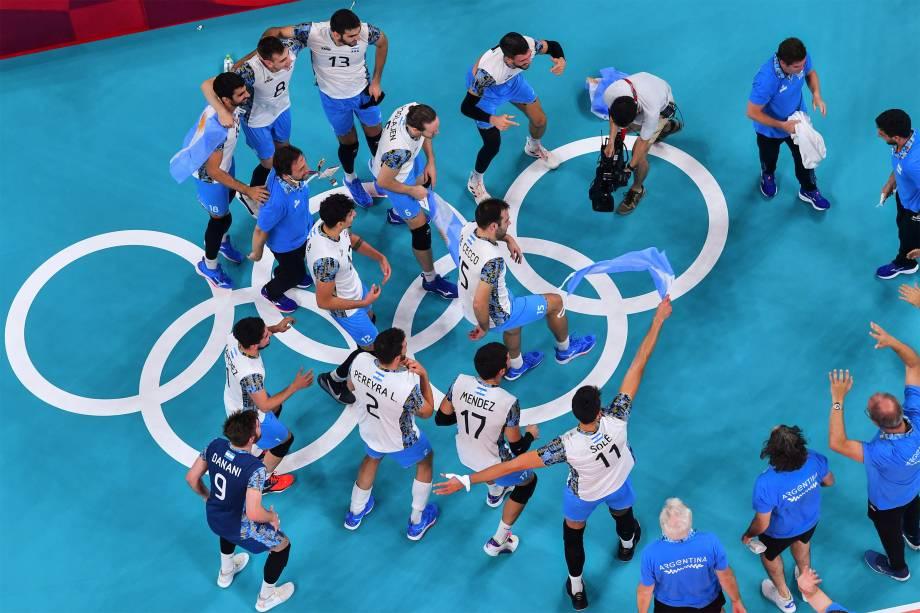 Jogadores argentinos comemoram o bronze ao vencerem partida contra o Brasil no vôlei -