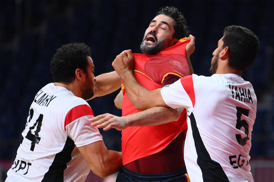 Raul Entrerrios (centro), da Espanha, em disputa com Ibrahim El Masry (esquerda), do Egito, em partida de handebol válida pelo bronze -