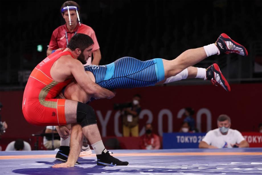 Kyle Frederick Snyder (direita), dos EUA, e Abdulrashid Sadulaev, da Rússia, na final de luta livre -