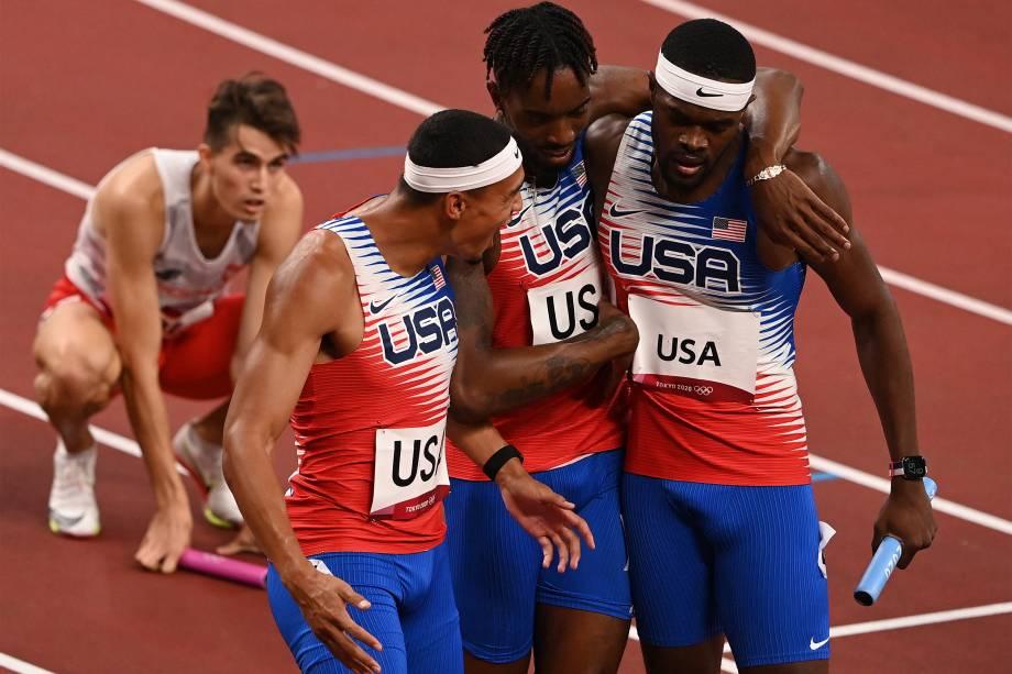 Os americanos Michael Norman, Michael Cherry e Rai Benjamin comemoram a vitória na final dos 4x400m -