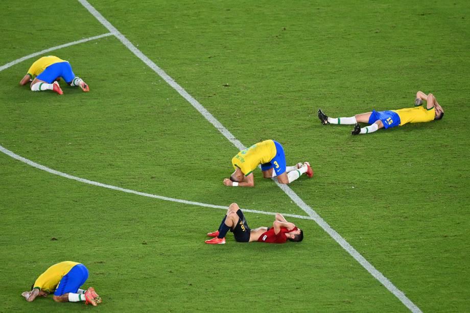 Jogadores de Brasil e Espanha no chão após o término do jogo -