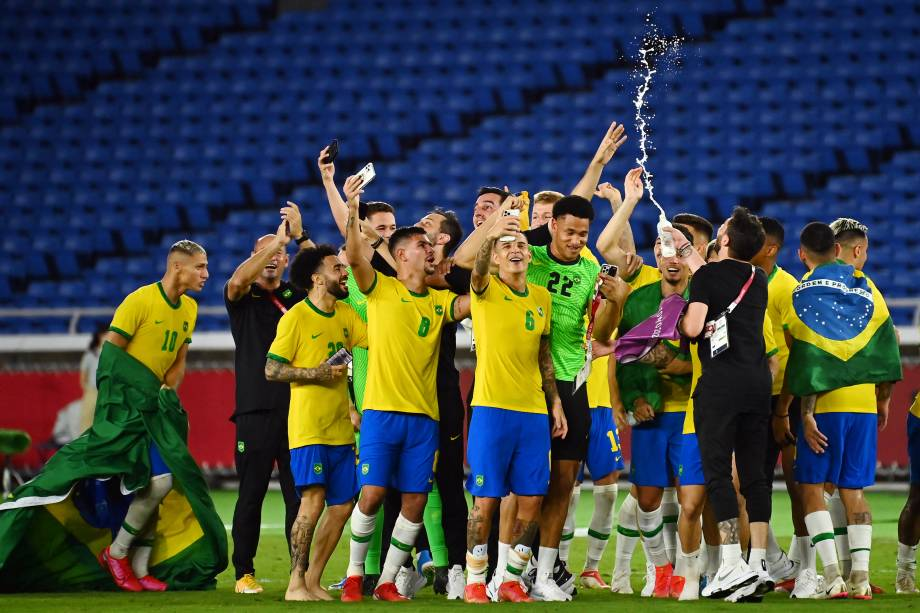 Jogadores do Brasil comemorando o título nos Jogos Olímpicos -