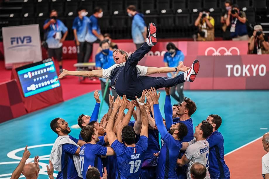 O técnico francês Laurent Tillie é jogado ao ar pela seleção de vôlei após a conquista do ouro na partida contra a Rússia -
