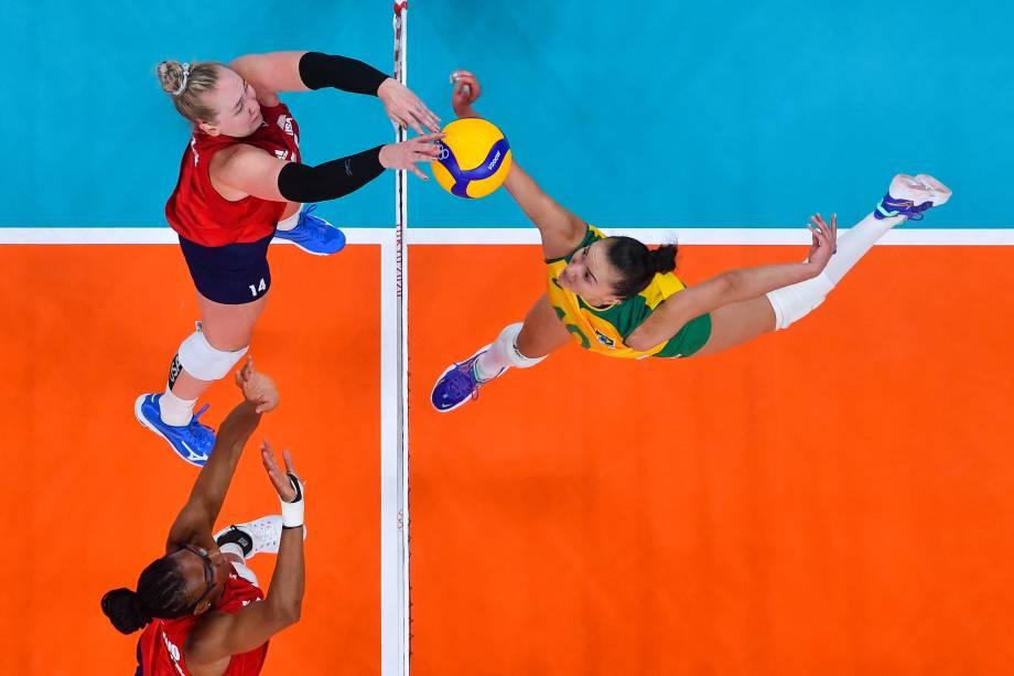 Michelle Bartsch-Hackley, dos Estados Unidos, em jogada com Gabi Guimarães, do Brasil, durante a partida -