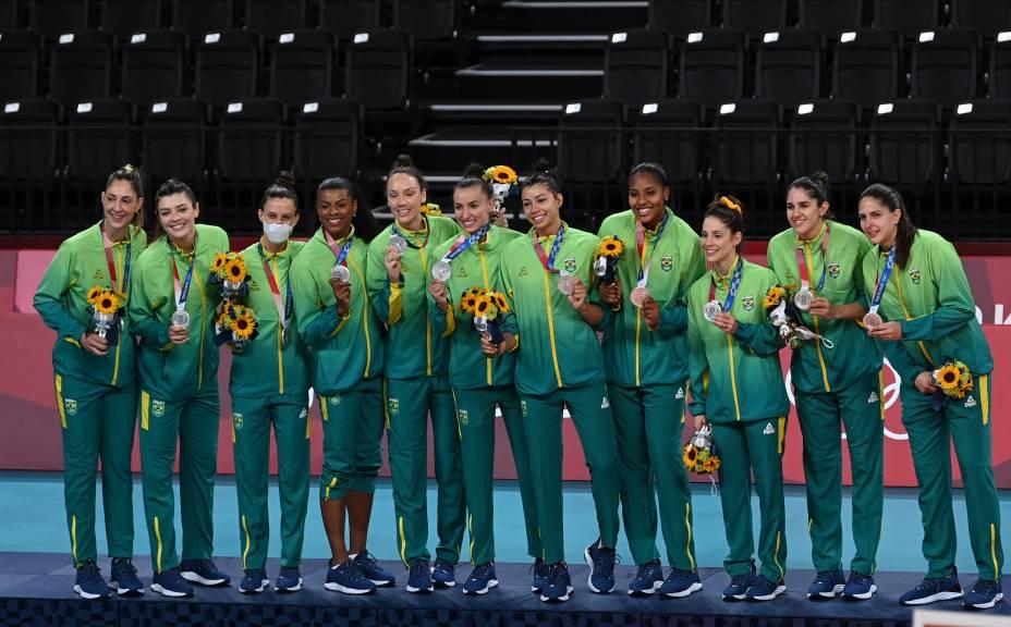Jogadoras do Brasil no pódio com a medalha de prata -