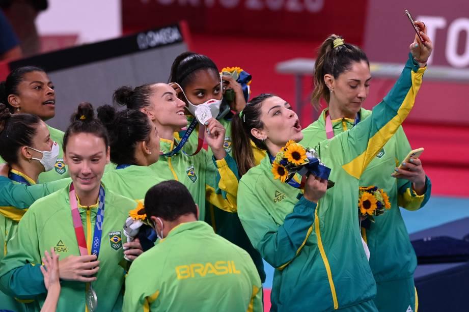 Jogadoras do Brasil tiram selfie com a medalha de prata -