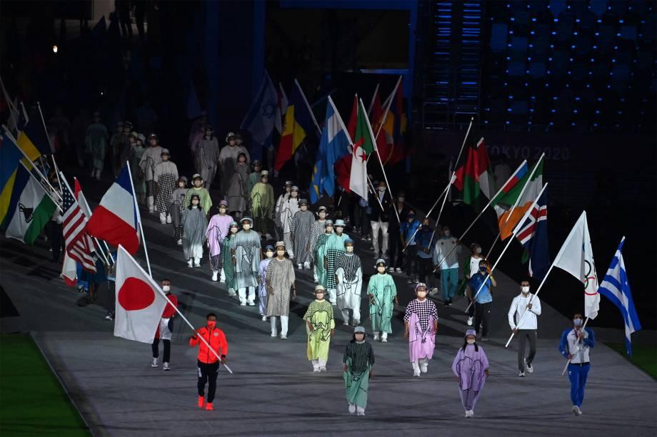 Atletas carregam as bandeiras das nações no encerramento das Olimpíadas -