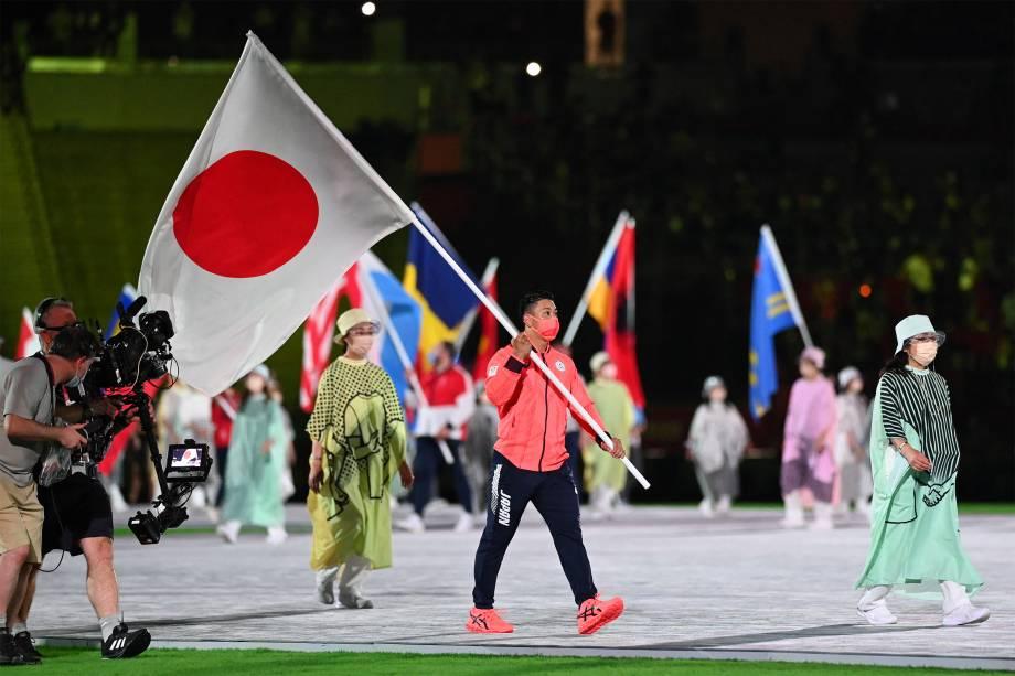 Atleta carrega a bandeira do Japão na cerimônia de encerramento -