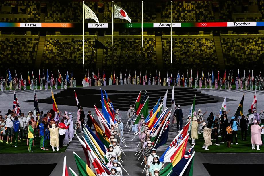 Atletas carregam bandeiras das delegações na cerimônia de encerramento -