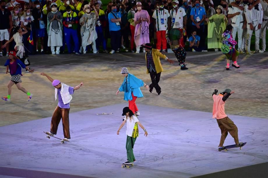 Skatistas fazem performance na cerimônia de encerramento -