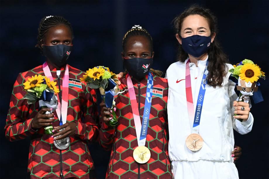 (e/d) As quenianas Brigid Kosgei, prata,  Peres Jepchirchir, ouro, e a americana Molly Seidel, ouro, na premiação da maratona feminina -