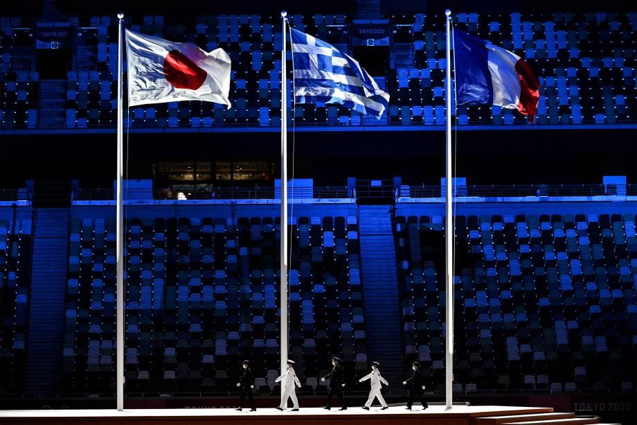 (E/d) As bandeiras do Japão, Grécia e França hasteadas na cerimônia de encerramento dos Jogos Olímpicos -