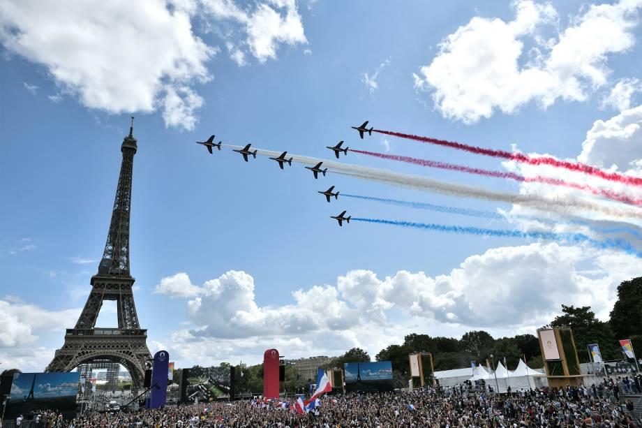Público acompanha a cerimônia de encerramento das Olimpíadas ao lado da Torre Eifel, Paris -