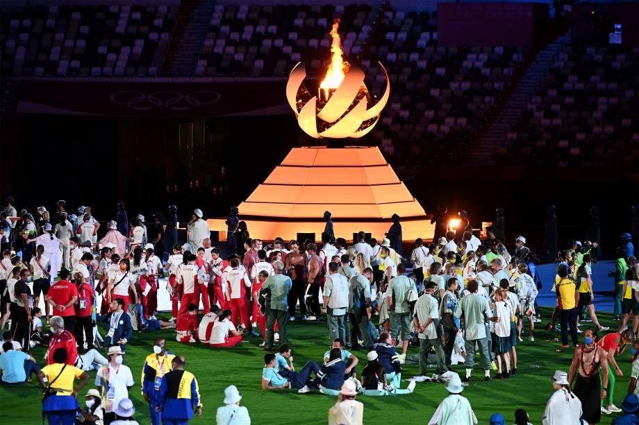 Diversas delegações próximas a pira Olímpica na cerimônia de encerramento -