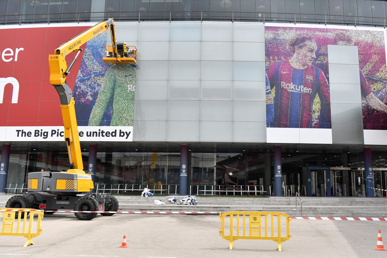 Gli ufficiali del Barcellona rimuovono l'adesivo di Messi
