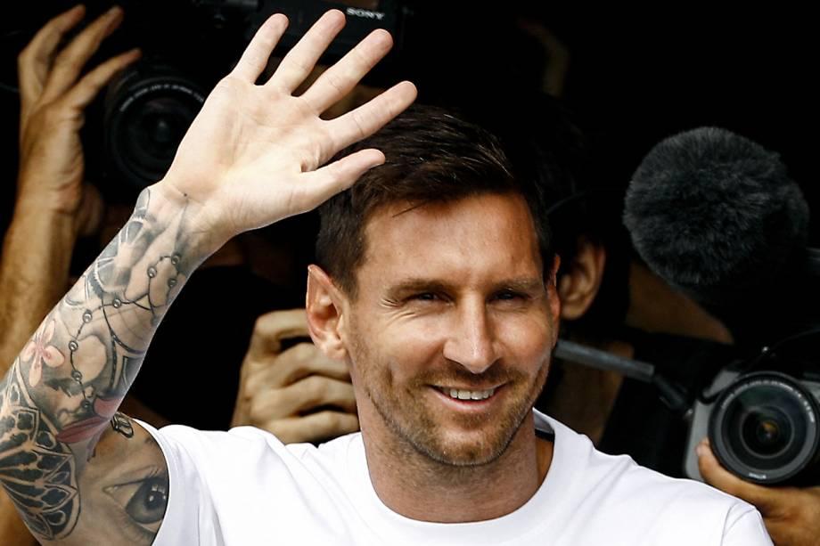 Messi observando a festa dos torcedores do PSG -