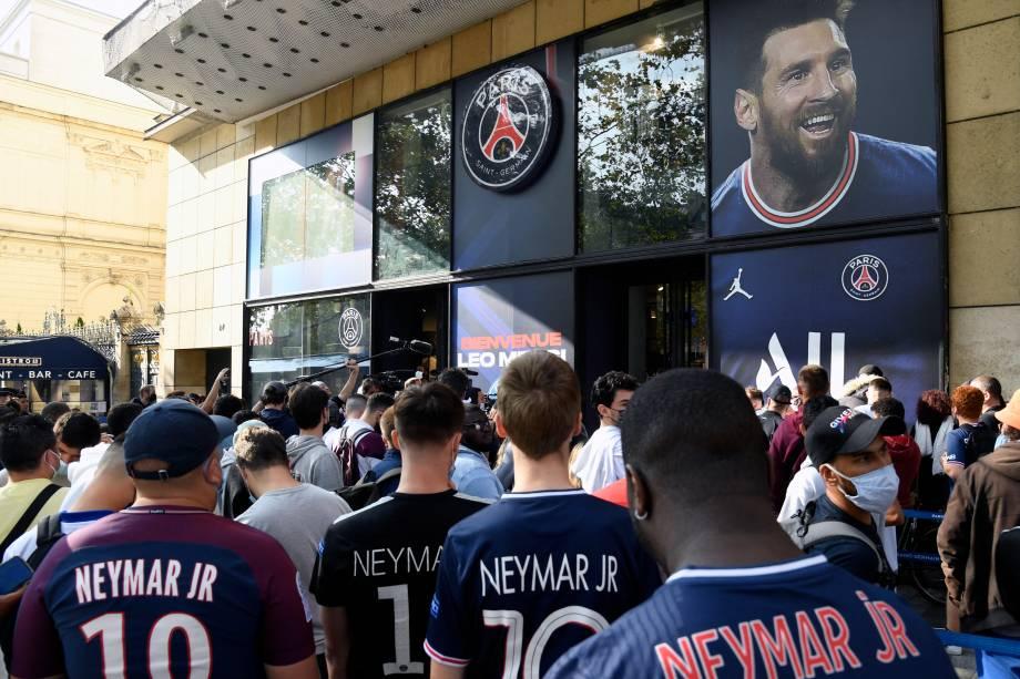 Parisienses tentam ver Messi durante a entrevista desta manhã -