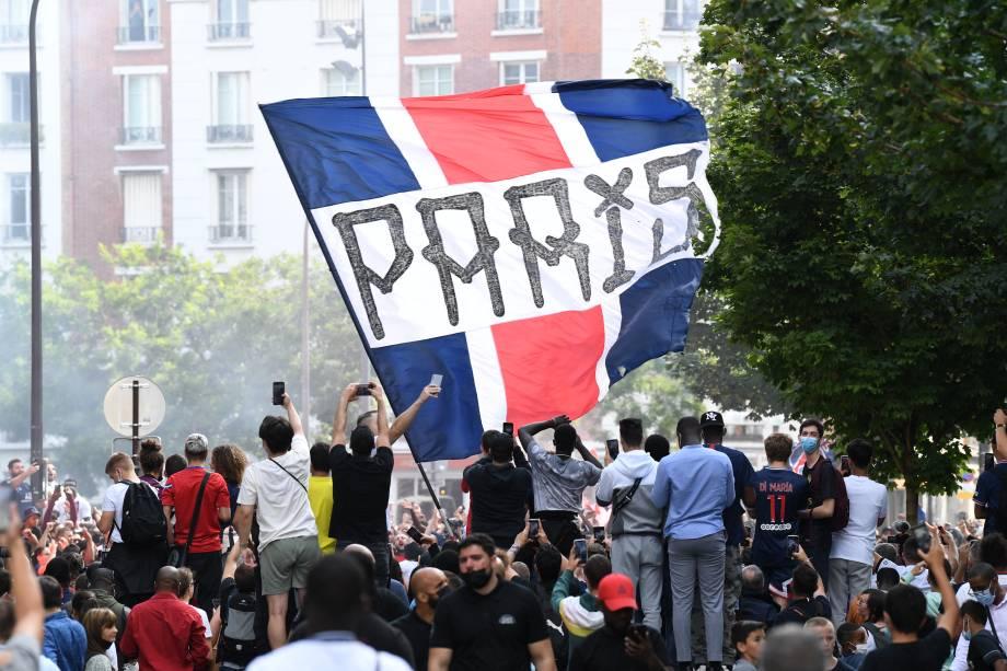Milhares de torcedores do PSG aguardam por Messi após a apresentação -
