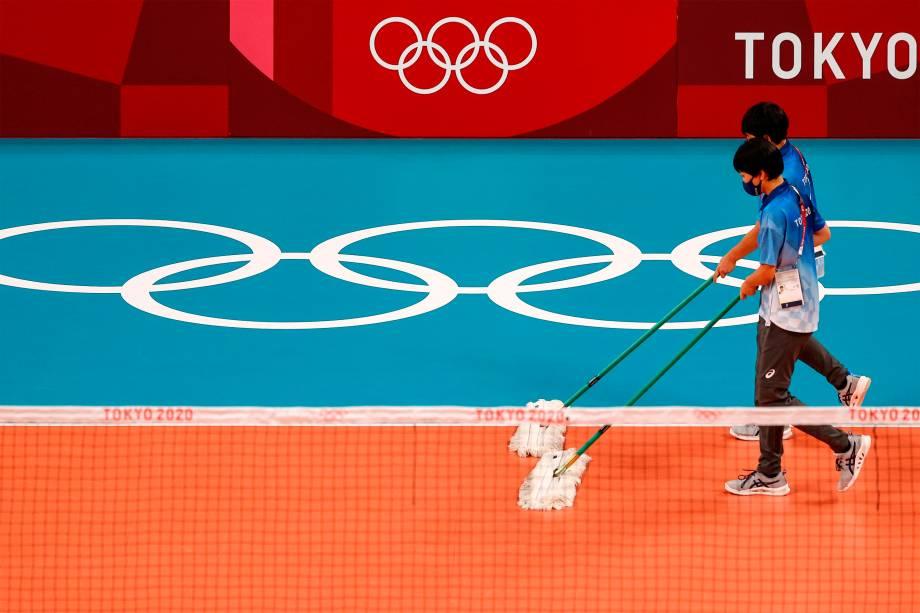 Voluntários limpam quadra durante a partida de vôlei feminino entre Itália e Turquia -