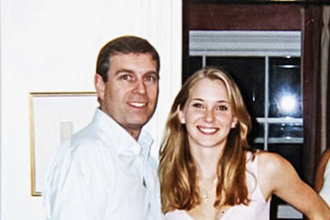 18770042-7692371-The_infamous_photograph_of_Prince_Andrew_smiling_as_he_stands_wi-a-10_1573908120213.jpg
