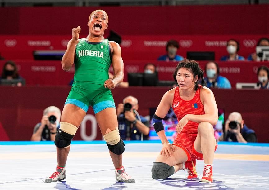 Blessing Oborududu, da Nigeria, vibra após derrotar Battsetseg Soronzonbol, da Mongolia, no wrestling -